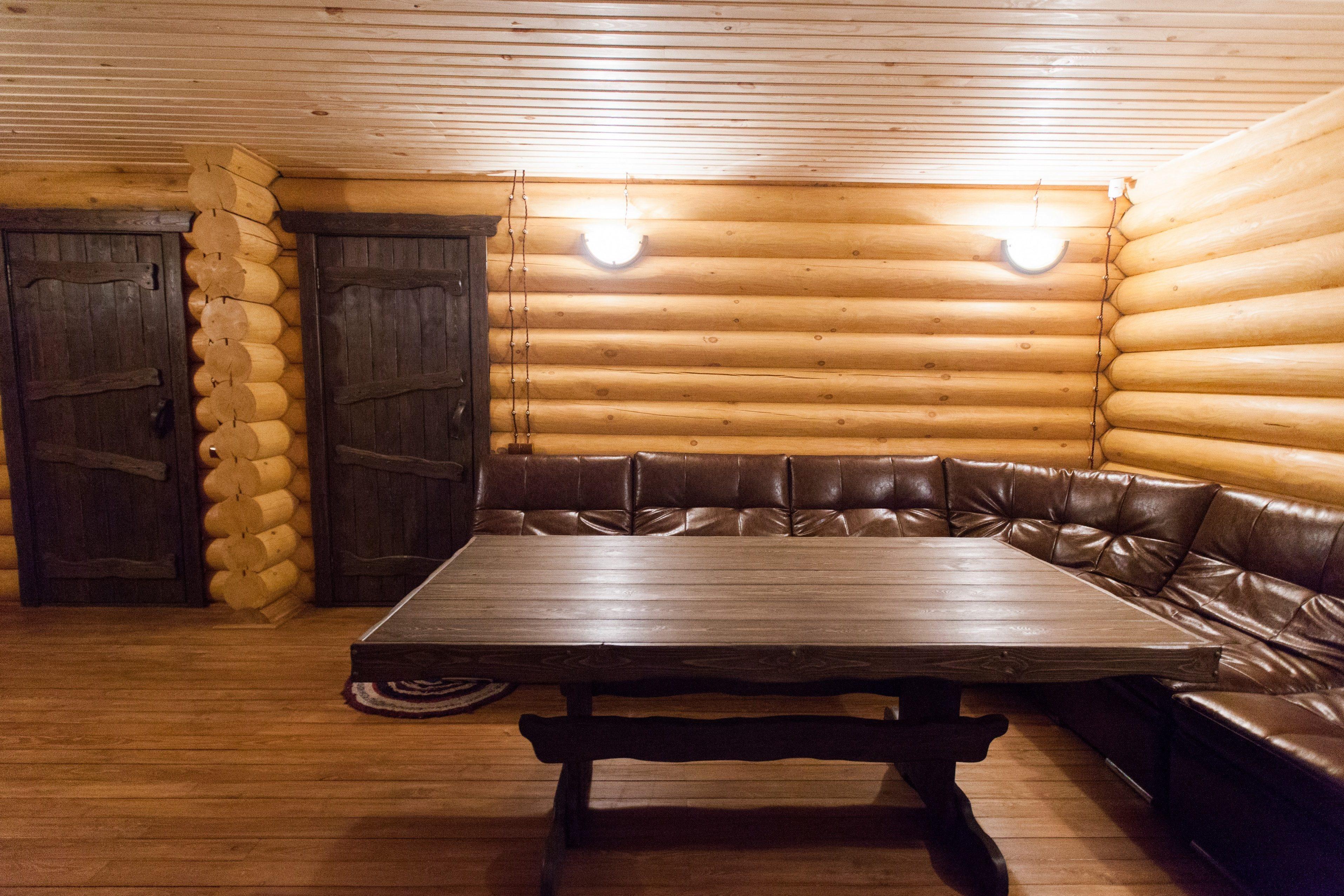 кожаный диван в бане
