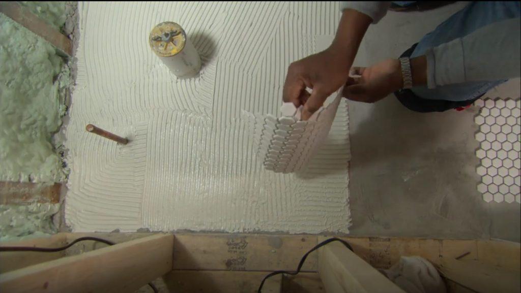 укладка мозаики в ванной