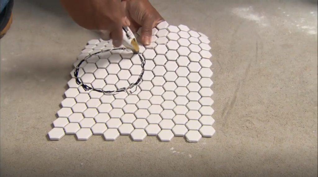 вырезаем отверстия в мозаичной плитке